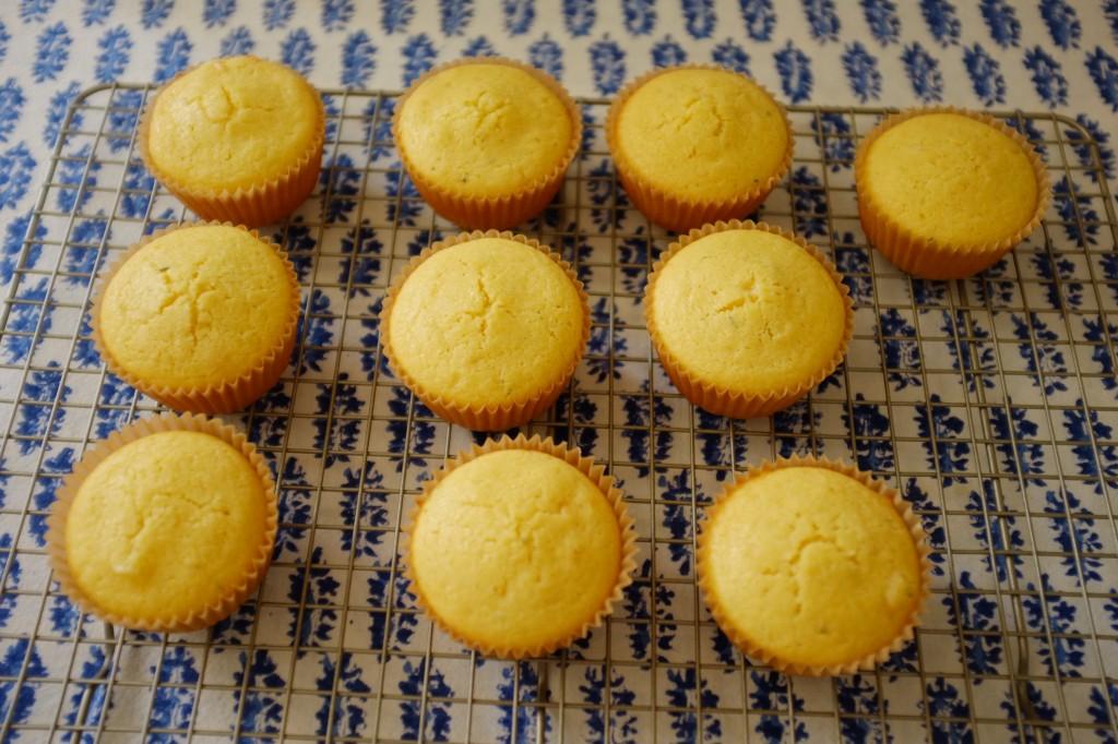 Les muffins maïs et cheddar sans gluten refroidissent sur une grille