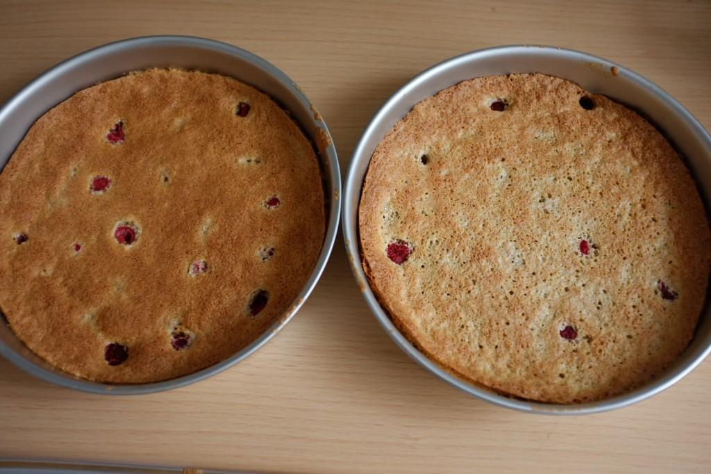 Les gâteaux à la framboise à la sortie du four.