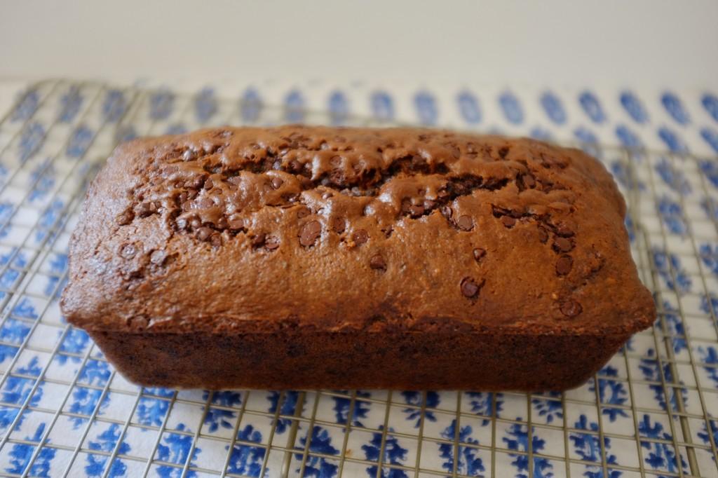 Le cake sans gluten banane-chocolat refroidit sur une grille avant d'être tranché