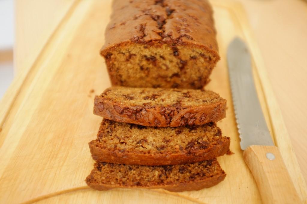 Une fois bien refroidit, le cake sans gluten banane-chocolat peut enfin être tranché