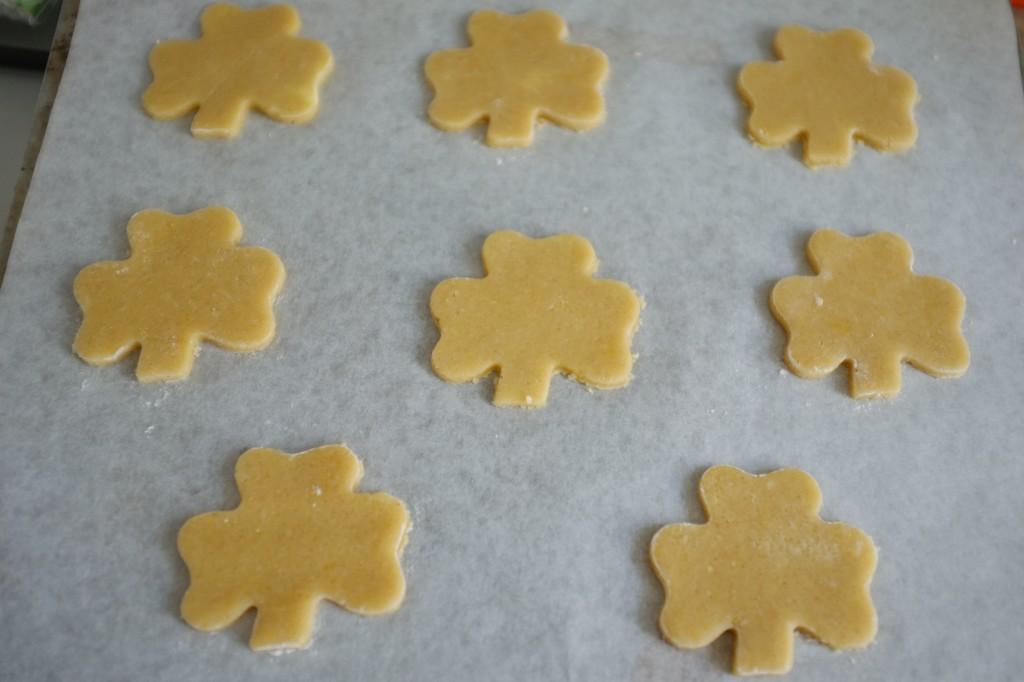Les biscuits sans gluten trèfle Irlandais avant d'être enfournés