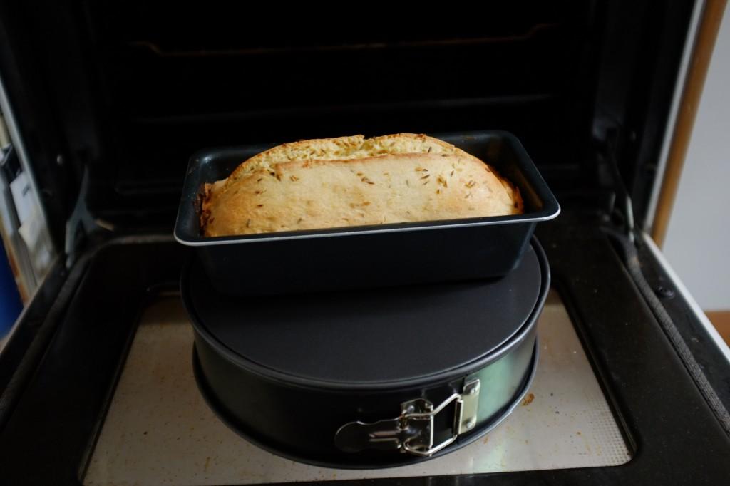 Le pain sans gluten à la bière et au cumin repose 15 mn devant la poste du four ouverte, pour refroidir en douceur...