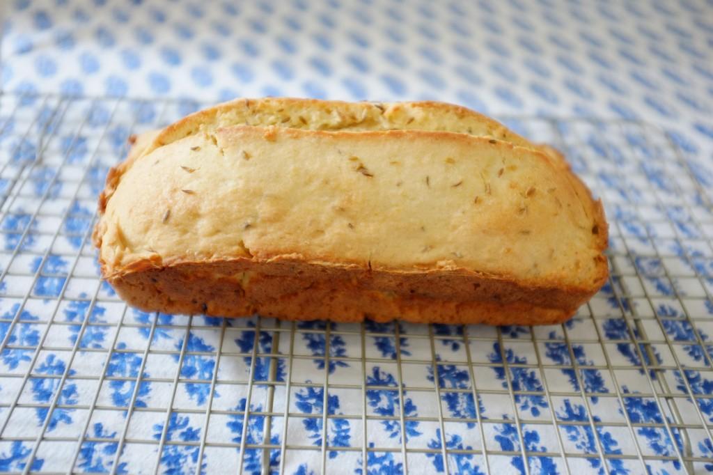Le pain sans gluten à la bière et au cumin finit de refroidir sur une grille
