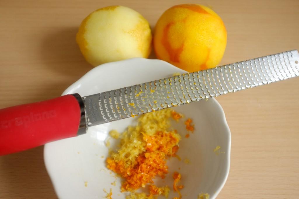 Les zestes d'orange et de citron sont râpés dans le même bol