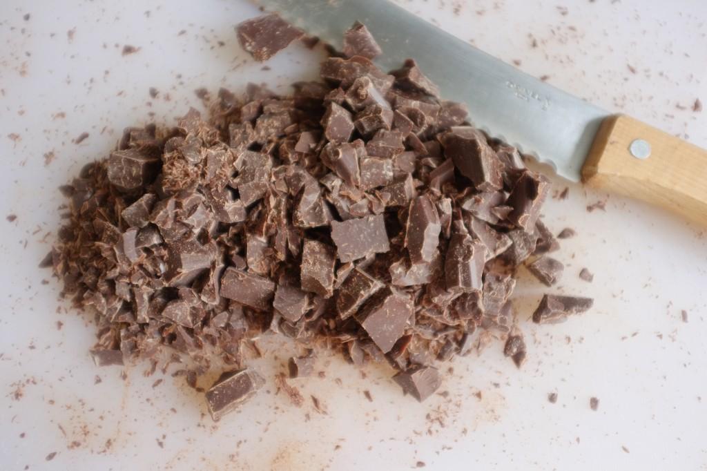Je coupe le chocolat noir pâtissier en petit morceaux à l'aide d'une couteau à pain