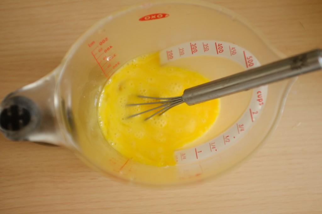 Les 3 oeufs sont battus ensemble avant d'être incorporé à la recette sans gluten