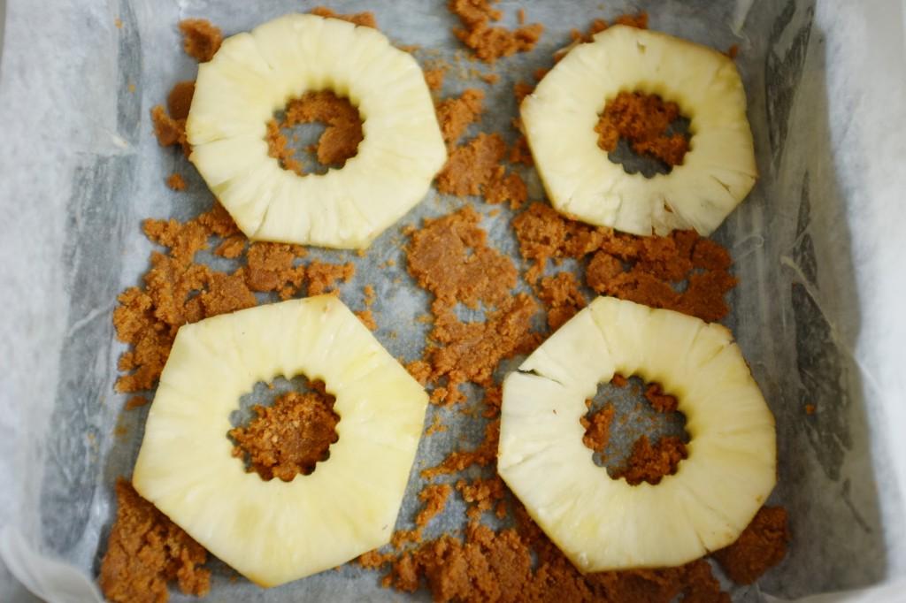 Je dispose sur le mélange de beurre et sucre brun les rondelles d'ananas