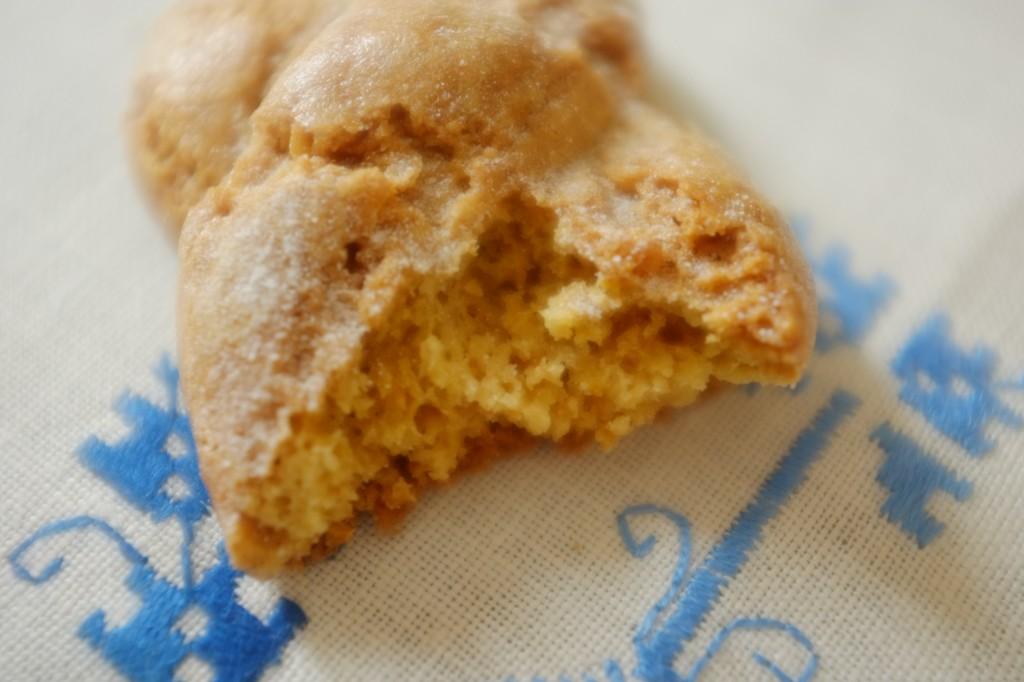 La poudre d'amande de cette version sans guten du Koulourakia  apporte du moulleux à ce biscuit traditionnellement plus sec