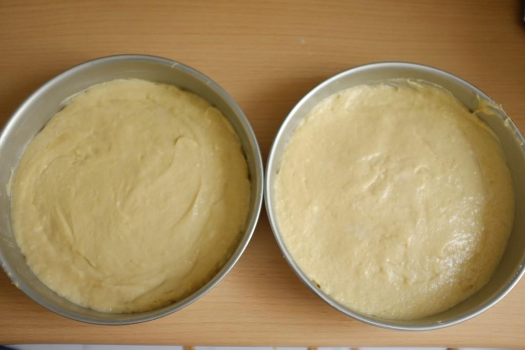 Les gâteaux avant d'être enfournés, la pâte sans gluten est divisée à dose égale dans les 2 moules puis lissée à la spatule en silicone mouillée