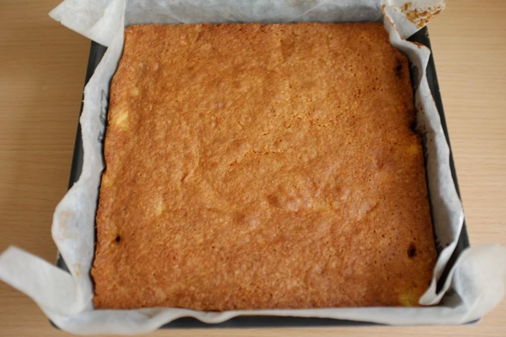 Le gâteau renversé sans gluten à l'ananas à la sortie du four