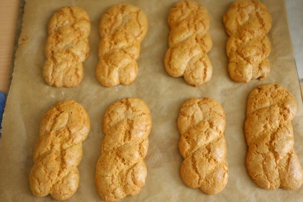 Les biscuits Koulourakia sans gluten à la sortie du four