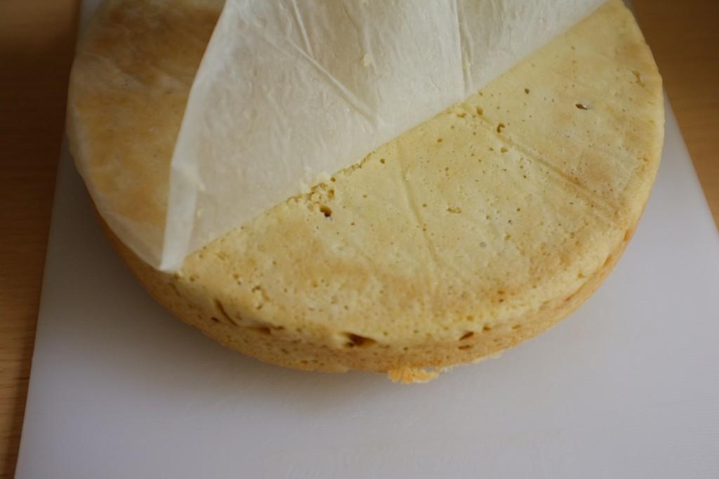 Le papier cuisson est délicatement pelé