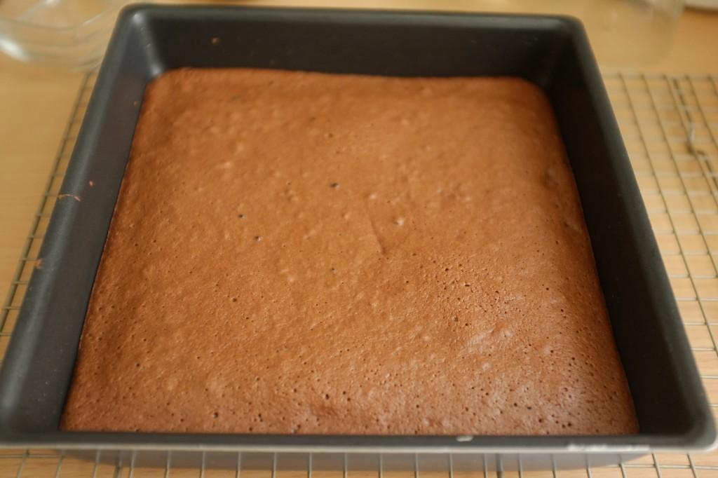 La brownie fondant au moka sans gluten à la sortie du four. Il refroidi dans le moule 1 heure.