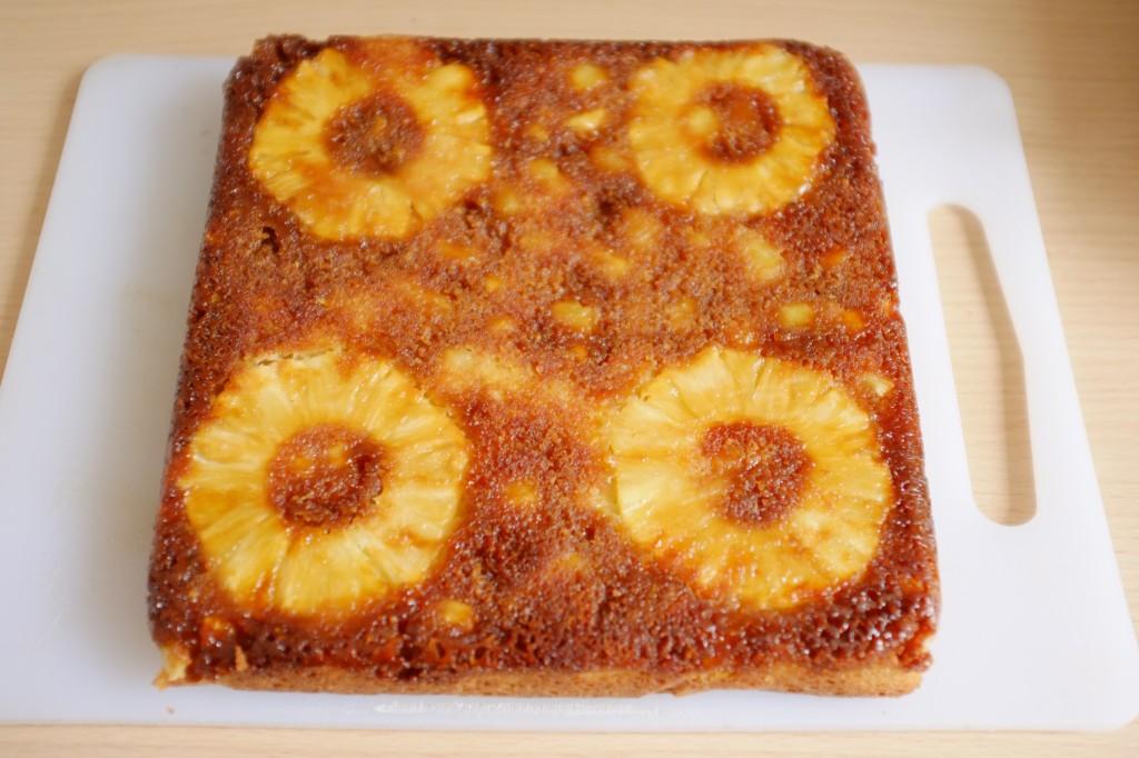 Le gâteau renversé sans gluten à l'ananas lorsque la feuille de cuisson est délicatement pelée