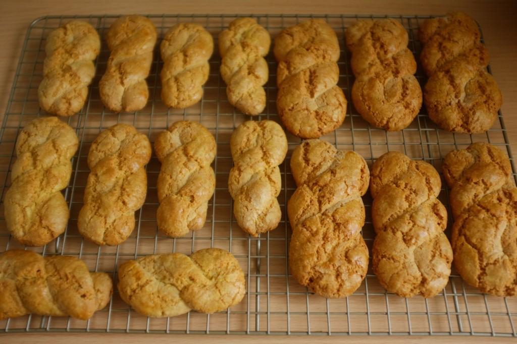 Les biscuits Koulourakia sans gluten, et de différetes tailles, refroidissent sur une grille