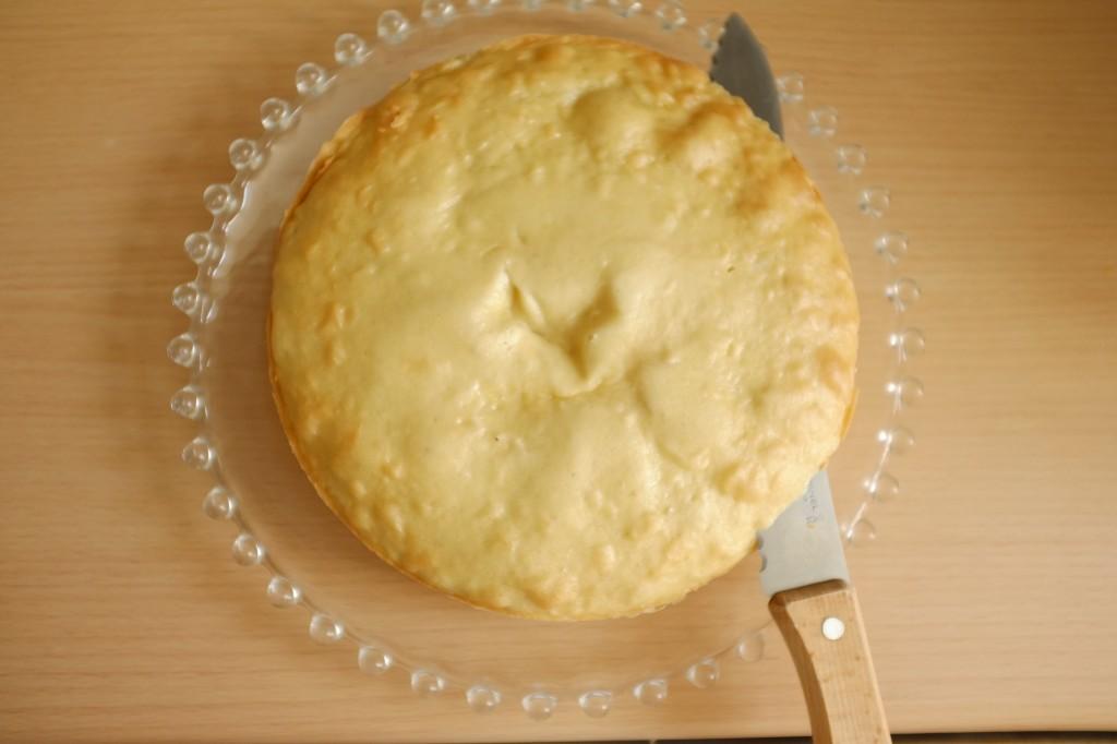 Le dessus de chaque gâteau est délicatement coupé à l'aide d'un couteau à pain
