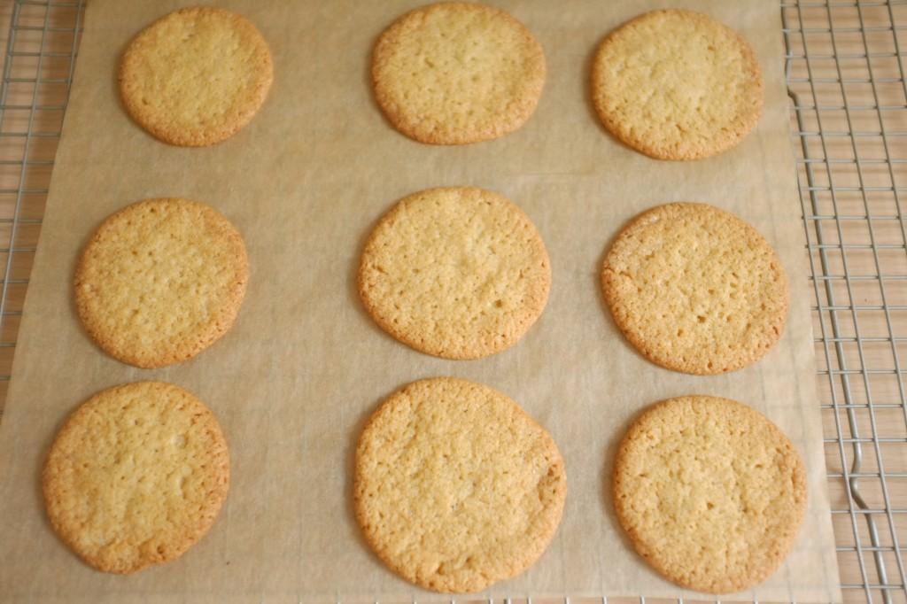 Les cookies sans gluten à la noix de coco à la sortie du four, fins et croustillants
