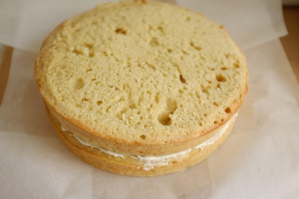 Le deuxième gâteau est déposé sur le premier