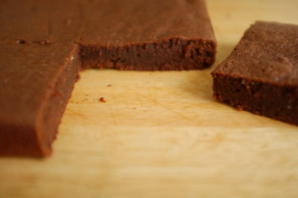 Le brownie fondant au moka sans gluten une fois refroidi peut-être découpé
