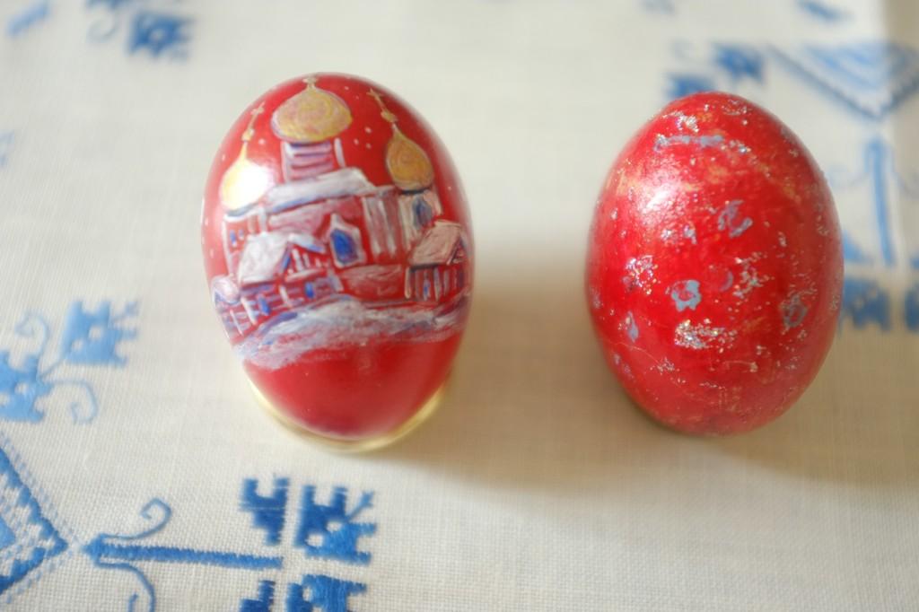 L'oeuf pour la Pâques Orthodoxe est rouge. Celui de gauche est un cadeau de Isabelle, Pascal et Julie. Un grand merci ! Celui de droite est celui fabriqué par mon fils...