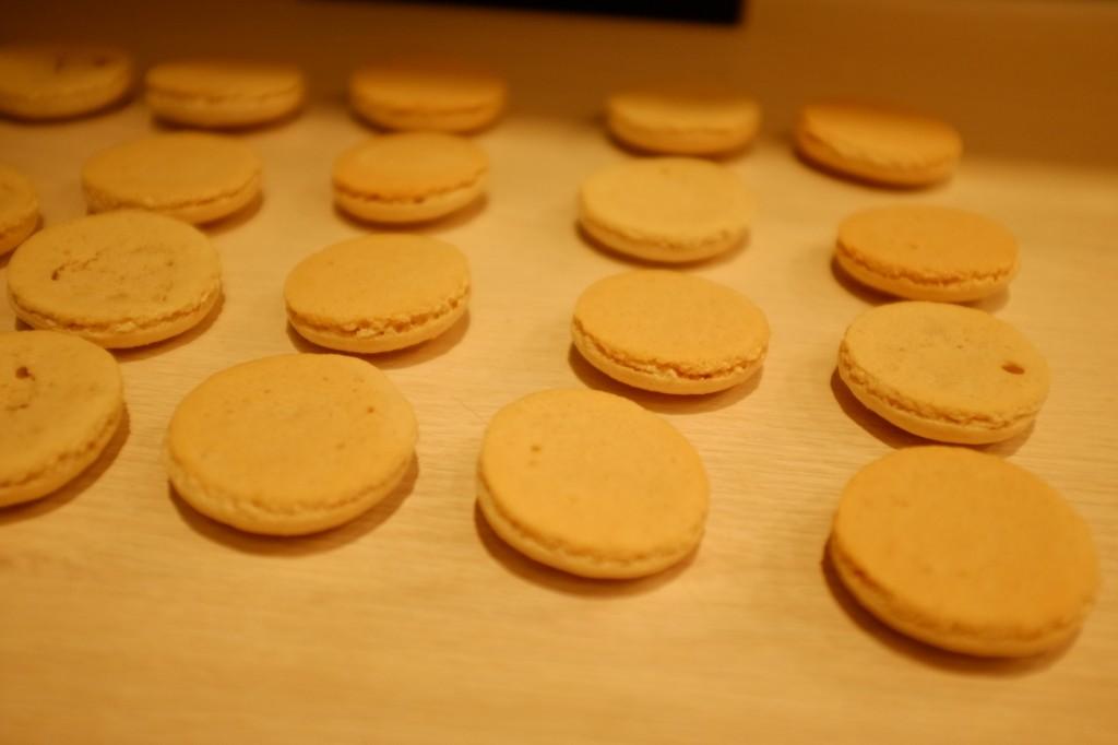 Les macarons sans gluten sont immédiatement retournés pour refroidir sur une grille