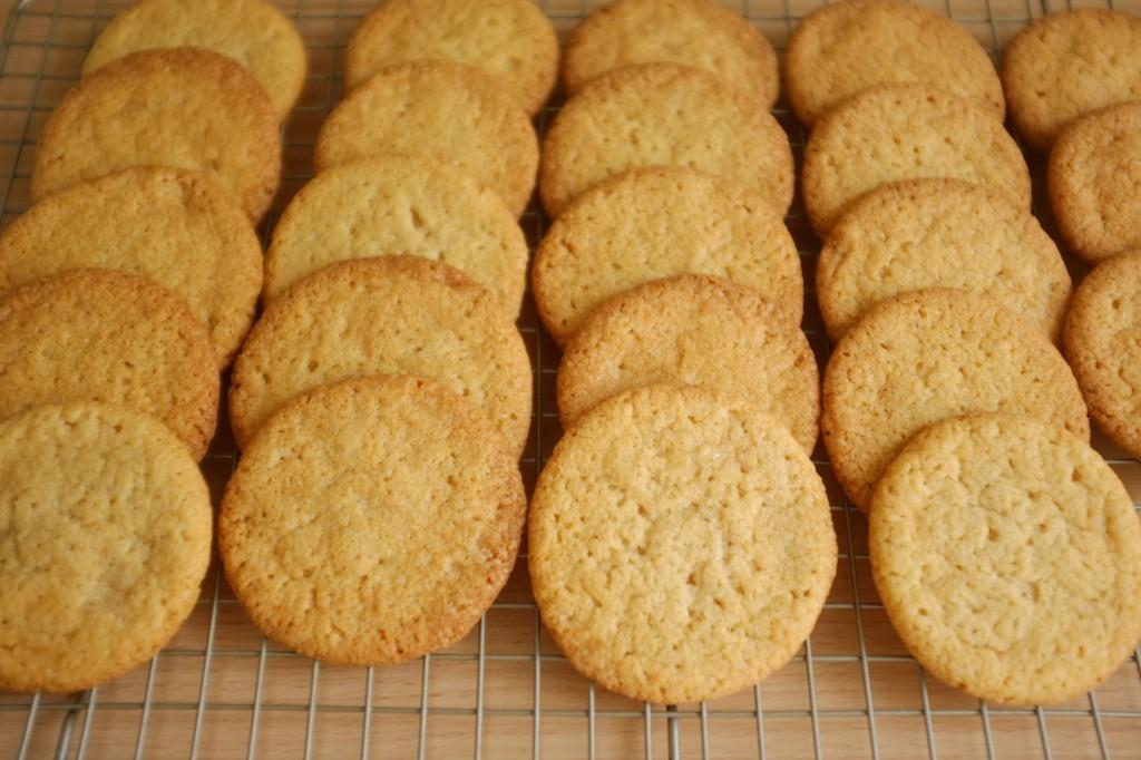 Les cookie sans gluten à la noix de coco refroidissent sur une grille
