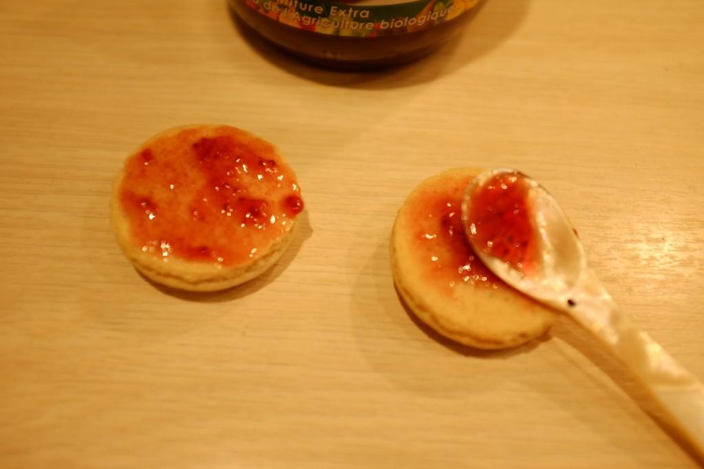 Les macarons  sans gluten sont ensuite fourré d'une garniture sans gluten, ici de la simple confiture de fraise