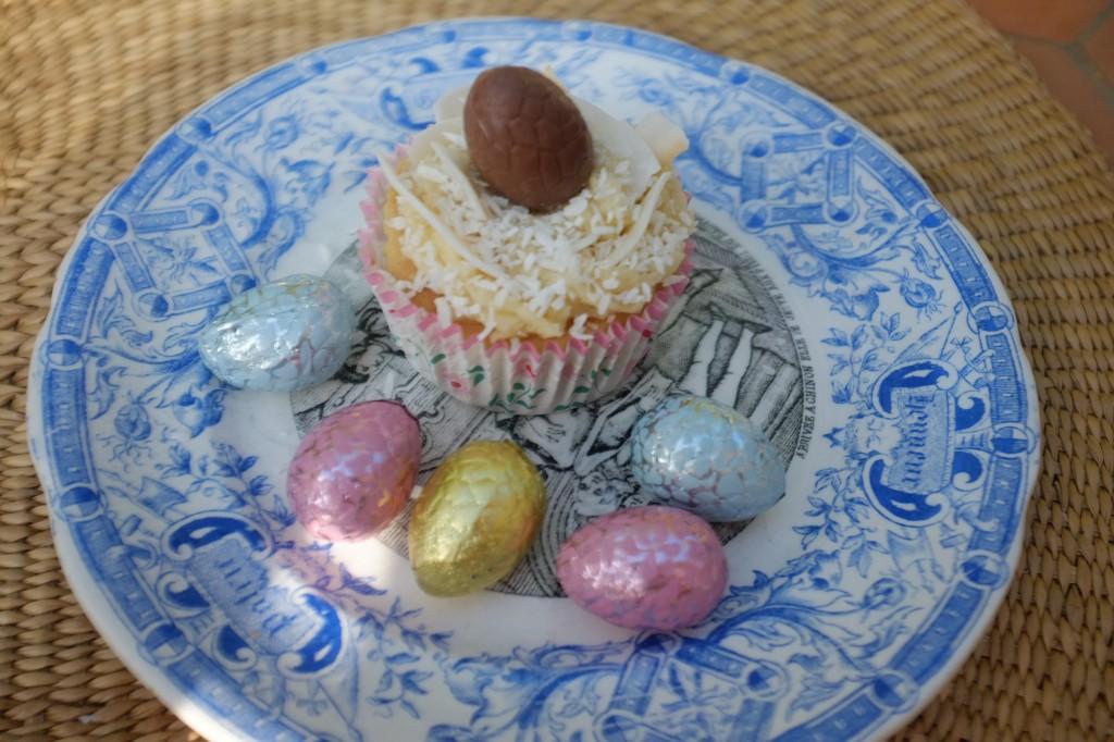 Le cupcake sans gluten à la noix de coco décoré d'une oeuf en chocolat sans gluten pour Pâques