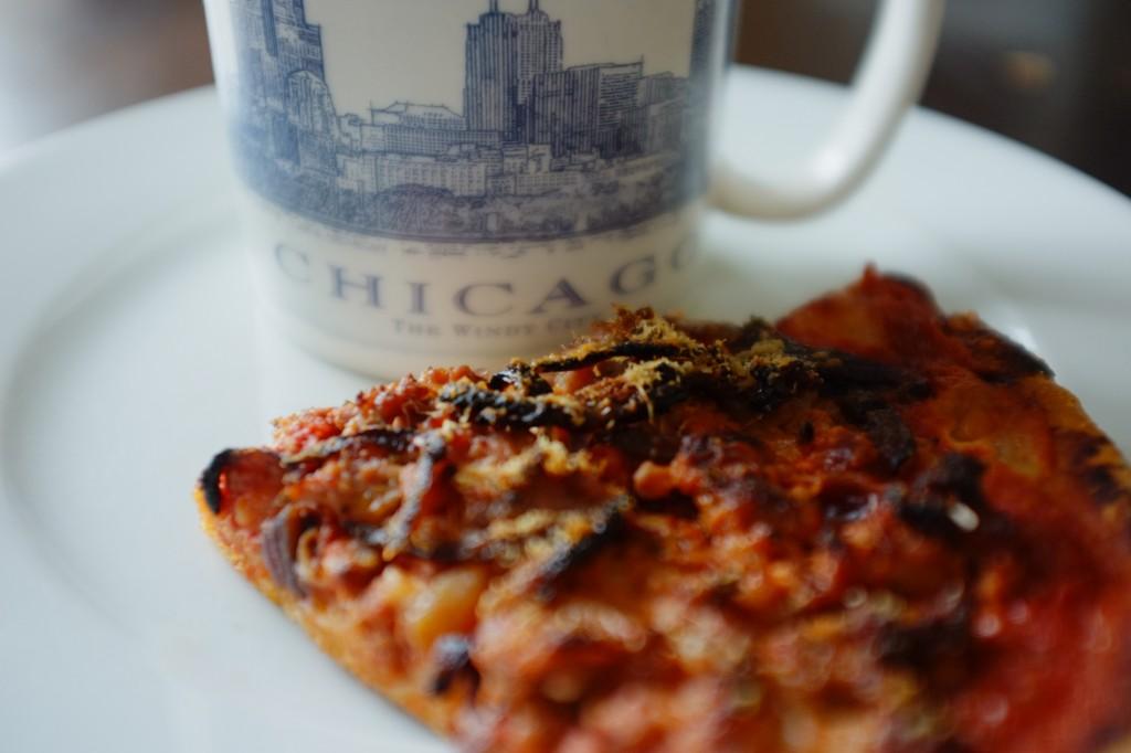 Le pizza sans gluten de Chicago à une pâte épaisse et le fromage est en dessous