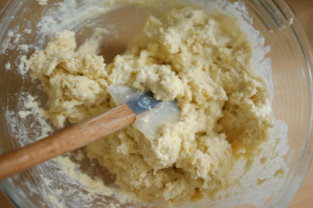 L'incorporation du mélange du lait dans la pâte sans gluten se fait à l'aide d'une spatule en silicone.