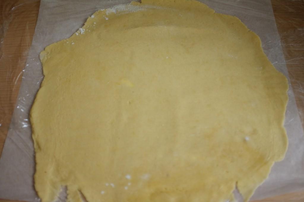 Pour plus de facilité j'étale la pâte sans gluten entre deux feuilles de film fraicheur
