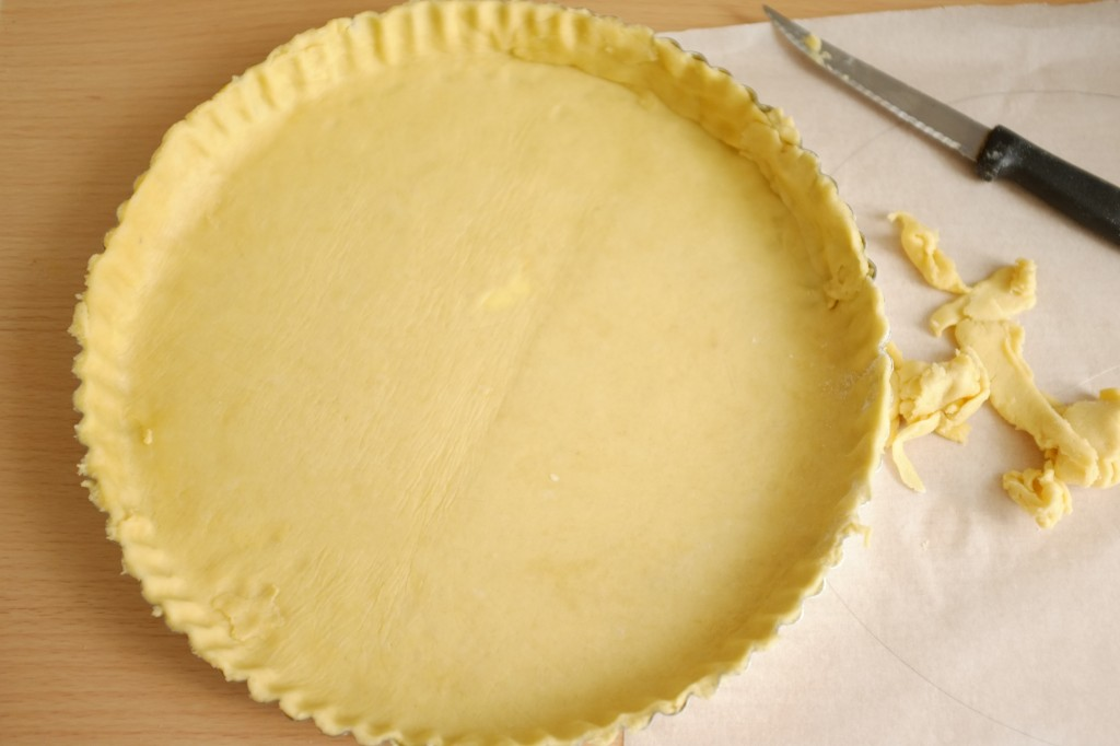 La pâte sans gluten est déposée dans le moule à tarte préalablement beurré