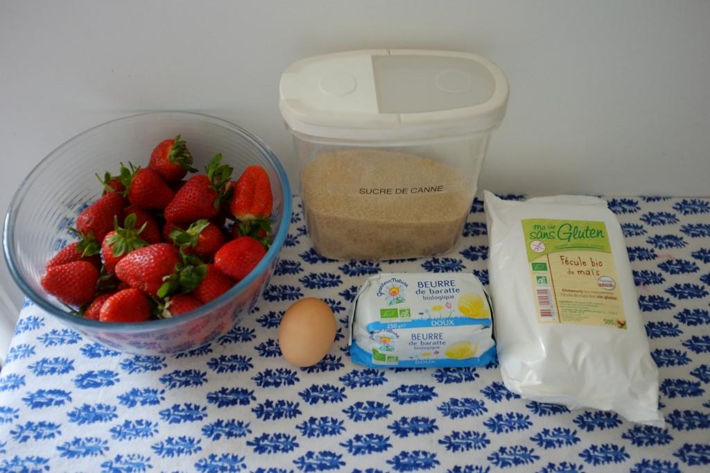 Les fraises et ingrédients sans gluten complémentaires pour la tarte aux fraises