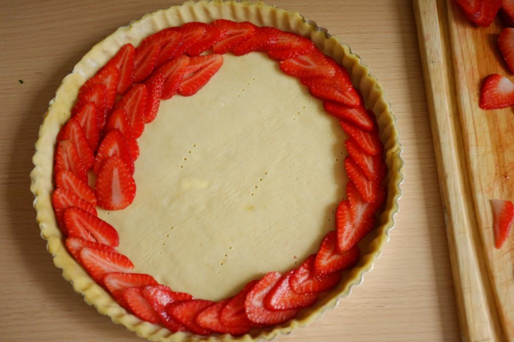 Je supperpose les lamelles de fraises en cercle
