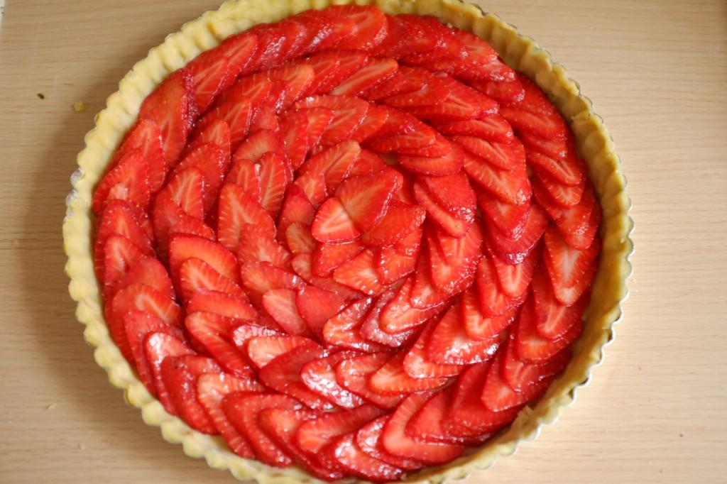 Les fraises sont disposées en cercle sur la pâte sans gluten