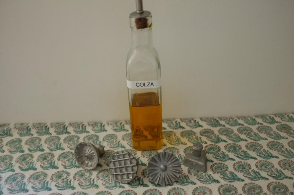 les petits moules marocains sont huilés à l'huile végétale. Ceux là me sont prétés par mon amie Victoire et viennet de Tanger (Maroc)