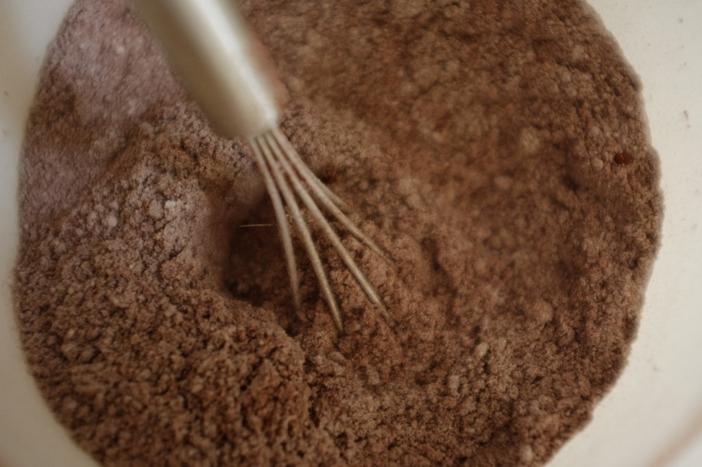 Après le mélange des ingrédients secs, je mélange la poudre de cacao sans gluten