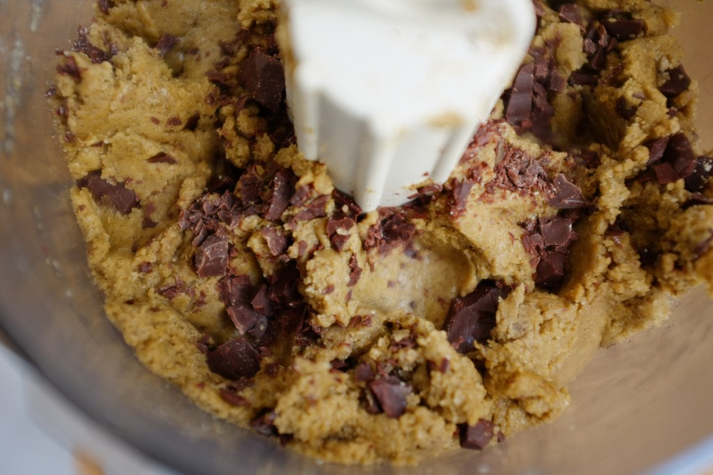 La pâte des cookies sans gluten aux 3 chocolats est très épaisse. Pas besoin de passer par le frigo...