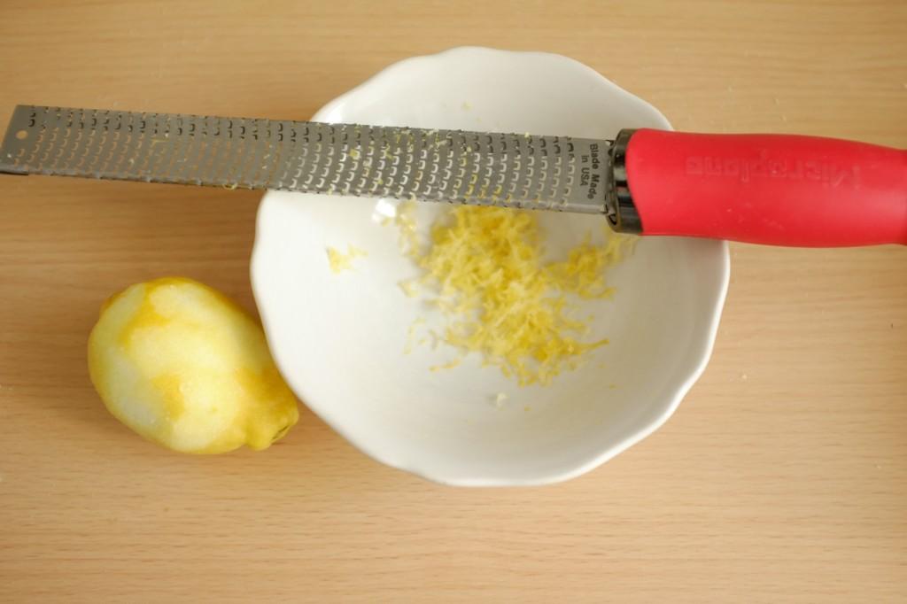 Le zeste d'un demi citron pour parfumer l'amande.