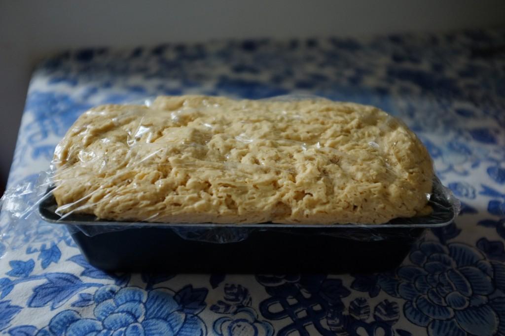 Le pain sans gluten a levé sous le film fraicheur huilé