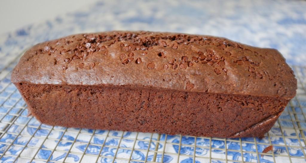La cake sans gluten aux deux chocolats refroidit sur une grille