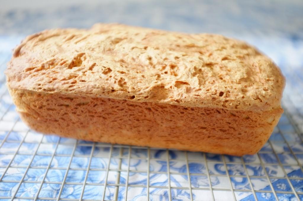 Le pain sans gluten du quotidien refroidi avant d'être tranché.