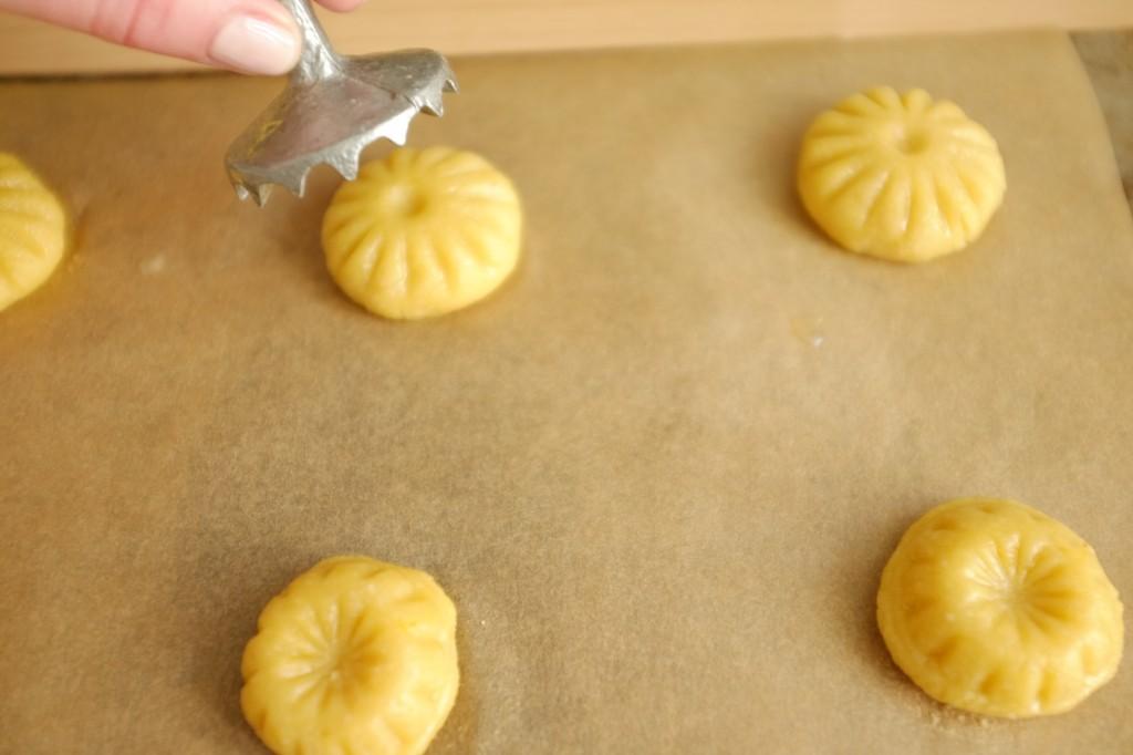 Chaque boule de pâte sans gluten est tamponné avec le moule marocain pour imprimer un joli motif