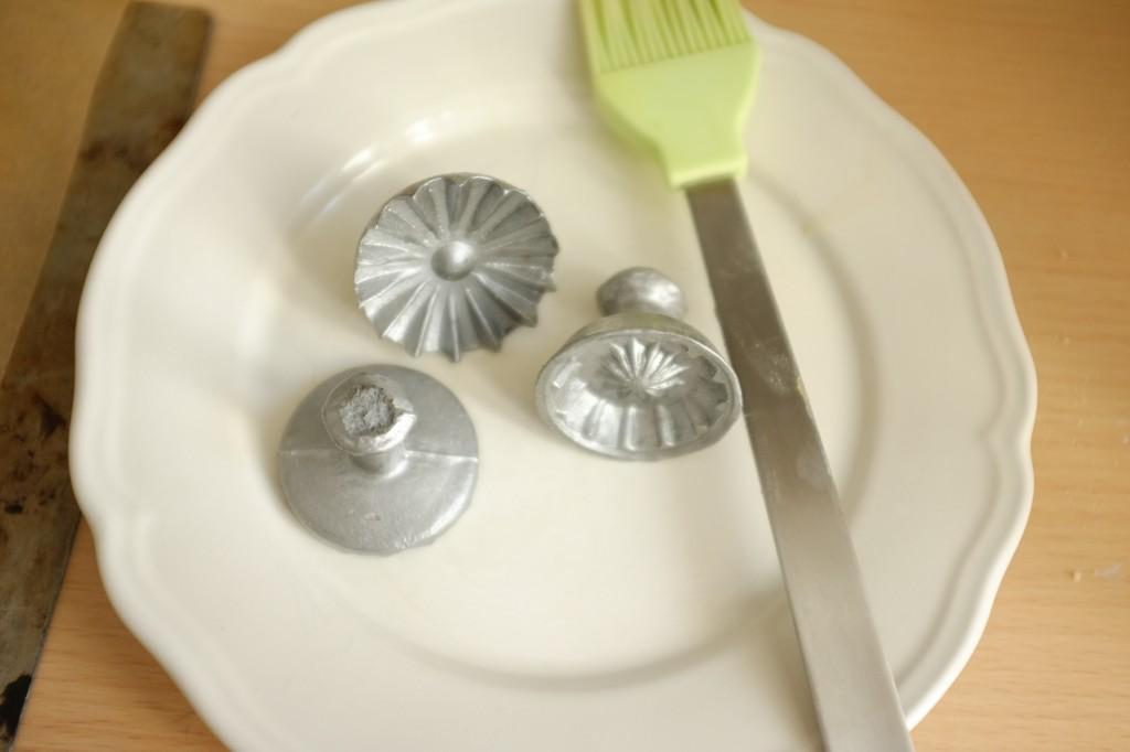 Les moules prêtés par Voctoire sont huilés avant de tamponner la pâte sans gluten