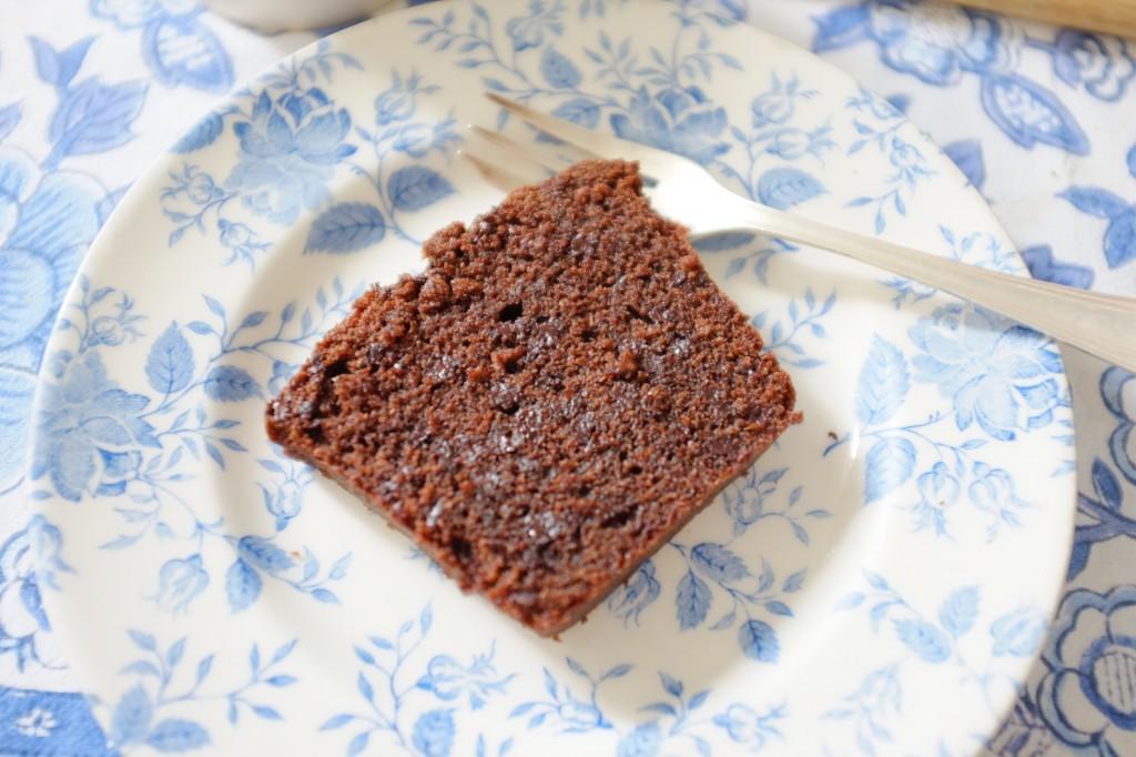 dans cette tranche de cake sans gluten aux deux chocolat, on peut appercevoir les pépites de chocolats.