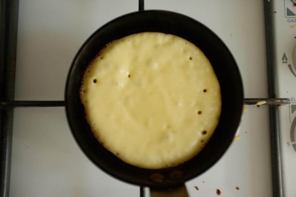 Lorsque les petites bulles apparaissent dans la pâte sans gluten, c'est que le pancake peut être retourné