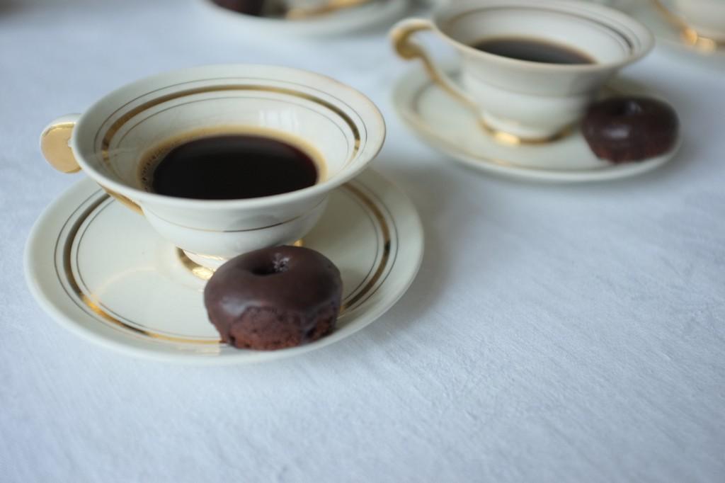 les minidonuts sans gluten au chocolat pour accompagner le café