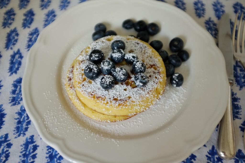 le pancake express sans gluten, servi avec des myrtilles et saupoudré de sucre glace