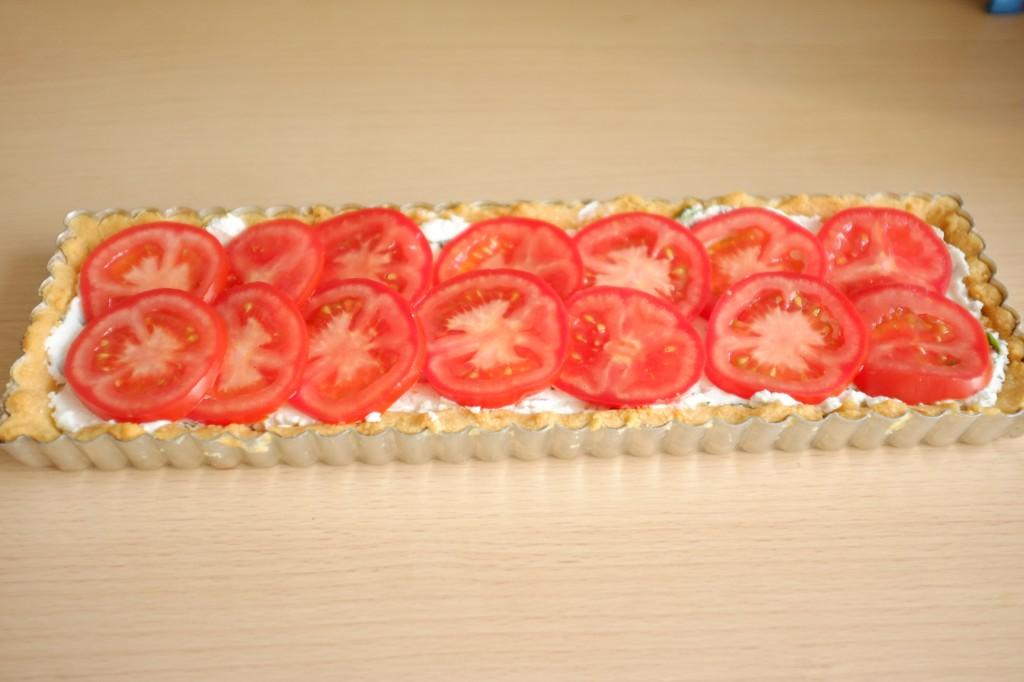 Les rondelles de tomates décorent le dessus de la tarte