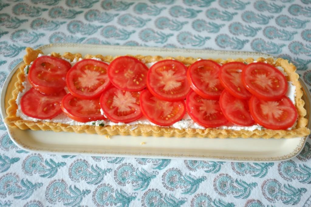 La tarte sans gluten de tarte au fromage de chèvre, basilique et tomate